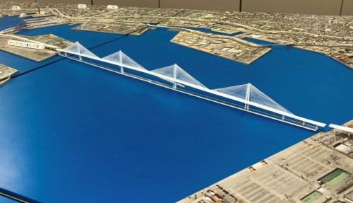 写真1■ 六甲アイランドとポートアイランドの間に建設する5径間連続斜張橋の模型(写真:阪神高速道路会社)