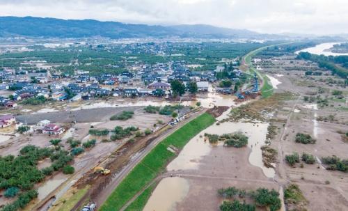 写真1■ 台風19号で長野市内の千曲川が氾濫し、流域で甚大な被害が生じた(写真:大村 拓也)