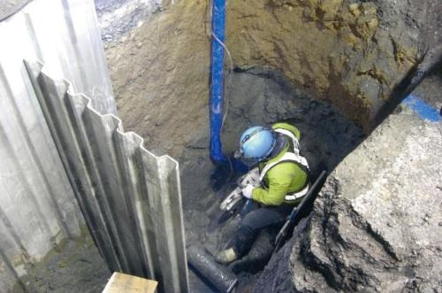 写真1■ 和歌山市で水道管の漏水が発覚し、大規模な断水騒動に発展した。写真は、漏水した水道管の修繕工事の様子(写真:和歌山市)