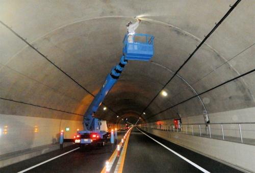 写真1■ 打ち継ぎ目に大量の浮きが見つかった醍醐山トンネル。写真は、緊急点検の様子(写真:国土交通省甲府河川国道事務所)