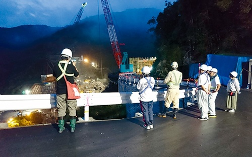 写真2■横瀬川ダムのナイトツアーの様子(写真:宿毛市)