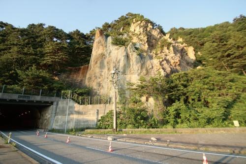 写真2■ 弘法トンネル坑口付近の落石。現場に残っていた石は60cm×50cm×40cmほどの大きさがあった(写真:日経 xTECH)