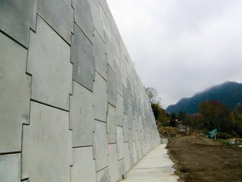 写真1■ 吉澤建設が施工した補強土壁の全景。2018年1月の完成検査後、壁面の一部に基準値を超えるはらみが生じていると発覚した(写真:国土交通省関東地方整備局)