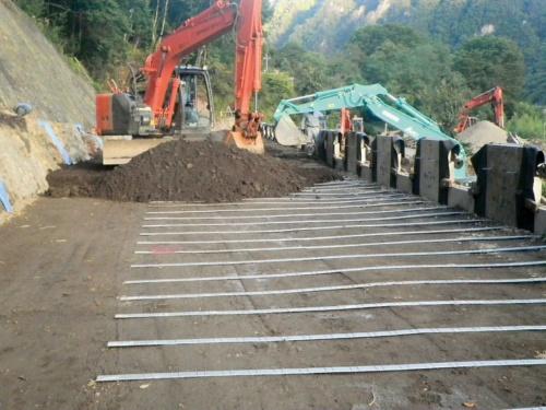 写真2■ 施工の様子。土と帯状の補強材を幾層にも積み重ねる(写真:国土交通省関東地方整備局)