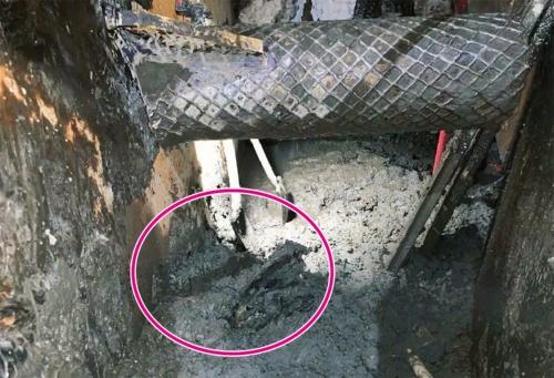 写真1■ シールド機のチャンバー内の様子。赤丸がH形鋼の破片(写真:国土交通省横浜国道事務所)