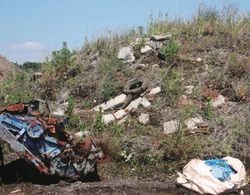 写真1■ 相模原市が進める「麻溝台・新磯野第一整備地区土地区画整理事業」の43街区に積まれた産業廃棄物。市は産廃の総量が26万m<sup>3</sup>に達するとみている(写真:相模原市)