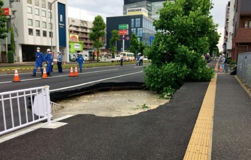 写真1■ 2020年6月12日に発生した1回目の道路陥没。6月6日に、この下をシールド機が通過した(写真:鉄道建設・運輸施設整備支援機構)
