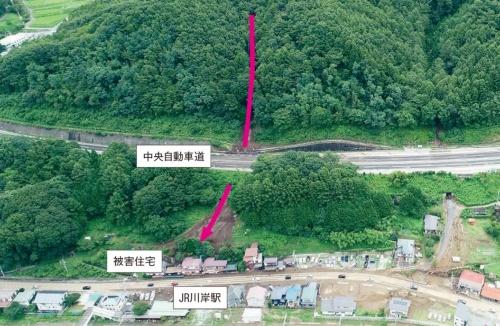 写真1■ 長野県岡谷市で発生した土石流。土砂が中央自動車道の下を通り抜け、住宅に流れ込んだ(写真:長野県)