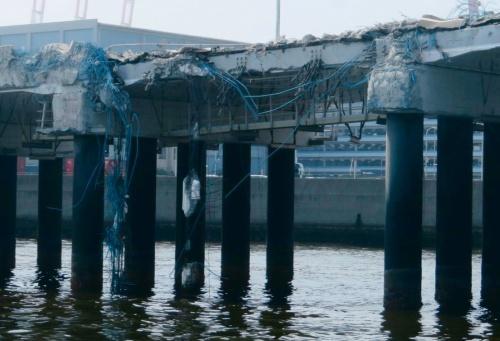 写真1■ 損傷したPC桟橋。貨物船の衝突で桁が脱落した(写真:国土交通省)