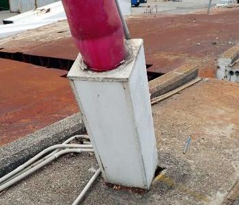 写真2■ 中央分離帯から飛び出た鋼製の箱とケーブルの境界。ここから桁内に雨水が入ったようだ(写真:台湾国家運輸安全調査委員会)