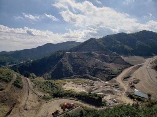 写真1■ 2020年11月1日に一般開放した南摩ダムの展望広場から建設現場を望む(写真:水資源機構)