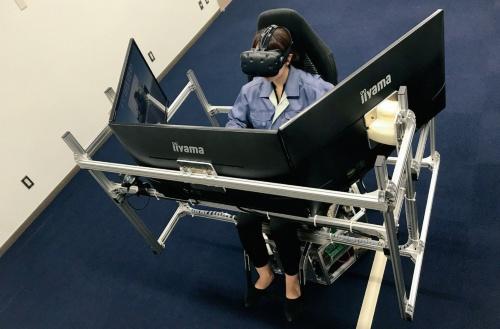 写真1■ 無人化施工VR技術で建設機械を遠隔地で操作する様子(写真:熊谷組)