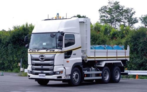 写真2■ 大型ダンプトラックの「日野プロフィア」をベースに、自動運転技術を搭載した(写真:大林組、日野自動車)