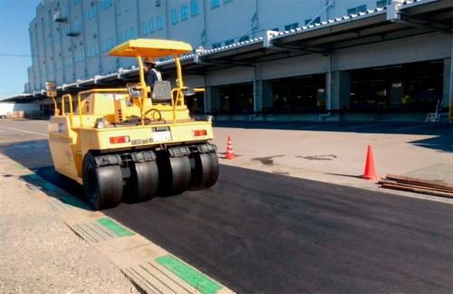写真3■ 大手運送会社の敷地内で実施した、スーパーPETアスコンの試験施工の様子(写真:日本道路)