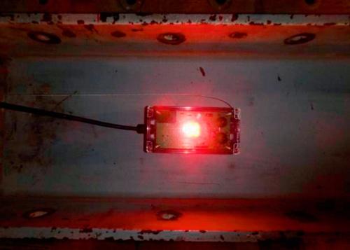 写真1■ センサーは100Vの電源で稼働する。充電池式にも対応する。サイズは16cm×8cm、厚さ(磁石を含む)6.5cm。重さは425g(写真:熊谷組)