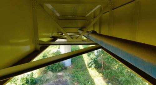 写真2■ 橋の床版下面を飛行する様子。管路や対傾構が密に配置された狭い空間でも難なく飛行できる(写真:ジャパン・インフラ・ウェイマーク)