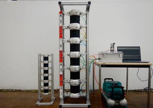 写真1■ 土砂搬送ロボットの試作機。ぜん動ポンプのユニットを連結させている。左が小型機。右の大型機のユニットは内径114mm、最大外径228mm(写真:新エネルギー・産業技術総合開発機構、竹中工務店、中央大学)