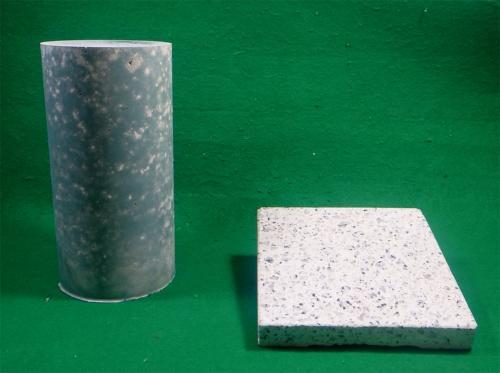 写真1■ 左は、カーボンリサイクル・コンクリートの供試体。右は同じコンクリートで造った石材調建材の加工例。生コン工場の通常の設備で製造が可能だ(写真:大成建設)