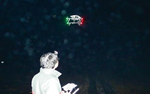 写真1■ 熱赤外カメラを搭載したドローンを夜間に飛ばして観測している様子(写真:東京大学生産技術研究所・沖一雄特任教授らの研究グループ)