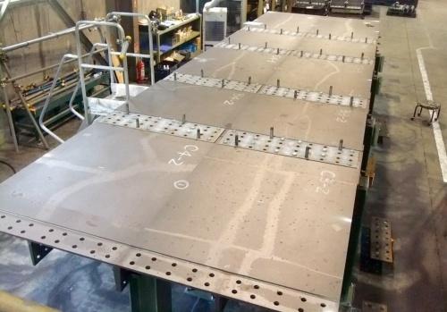 写真1■ 鋳鉄製の床版パネル10枚を地組みした様子。写真の左右が橋軸方向。材質はFCD500(写真:日之出水道機器)