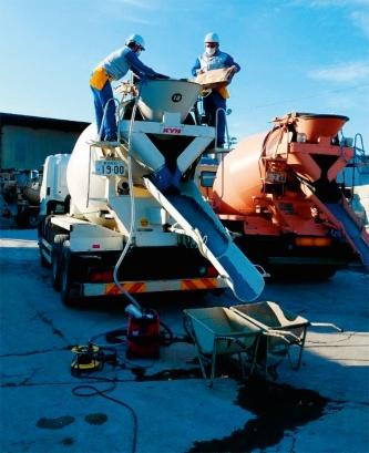 写真2■ 実工事への適用の様子。アジテーター車に投入後、ドラムを回転させて混ぜ合わせる(写真:清水建設)