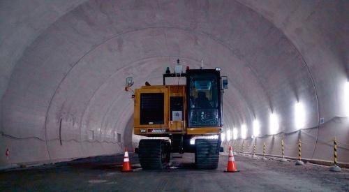写真1■ T-iDraw Mapを搭載したクローラーダンプは、国土交通省国土技術政策総合研究所の実物大の模擬トンネルや施工中のトンネルの現場で、延べ22.2kmほどを走行。性能を確認した。起動や停止などの操作は、現地に設けた遠隔操作室から無線で指示した(写真:大成建設)