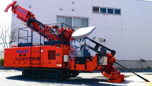 写真1■ ナビックス工法の施工機械。高周波振動装置を搭載している。オペレーター1人で削孔作業が行える(写真:鹿島)