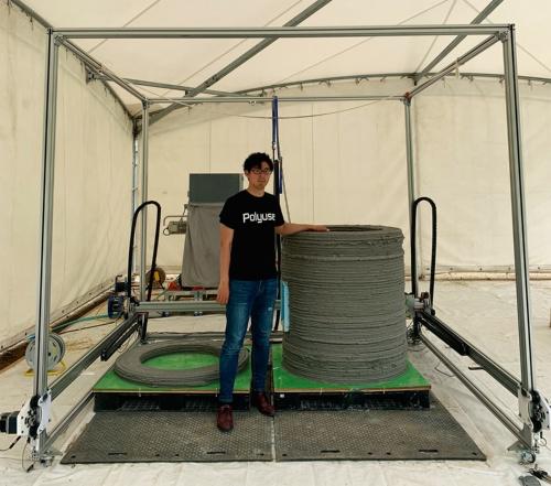 写真2■ 集水升の造形に使った3Dプリンター。雨を避けるため、テントで覆った(写真:Polyuse)