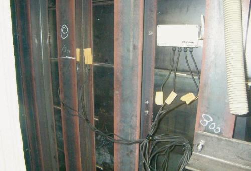写真1■ 白い箱が「ST-COMM」。地下工事現場の止水壁に設置した。中継器が不要で、遠隔地へ無線で情報を送信できる(写真:CACH)