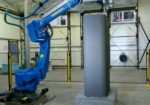 写真2■ ラクツムをコンクリート用3Dプリンターで積み上げて、柱用の型枠を高さ2.1mまで造形している様子。型枠は約2時間で造形できた(写真:清水建設)