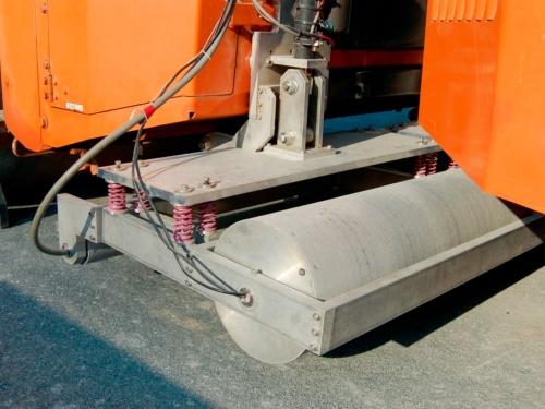 写真2■ 半径の大きな車輪に密度計、小さな方に水分計が収納されている。放射線を用いて測定する点は、人手で実施するRI法と同じだ(写真:日経クロステック)
