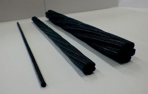 写真1■ 東京製綱インターナショナルが開発した炭素繊維複合材ケーブル(CFCC)。炭素繊維とエポキシ樹脂を複合化して、より合わせて形成した(写真:東京製綱インターナショナル)