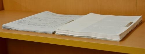 写真5■ 工事記録写真がより多く求められるようになったことで工事月報のページ数は増加した。右が現行の月報(写真:日経コンストラクション)