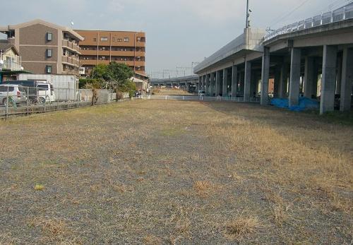 写真3■ 改修前の西側エリア。右はJR日豊本線の鉄道高架橋(写真:大分市)