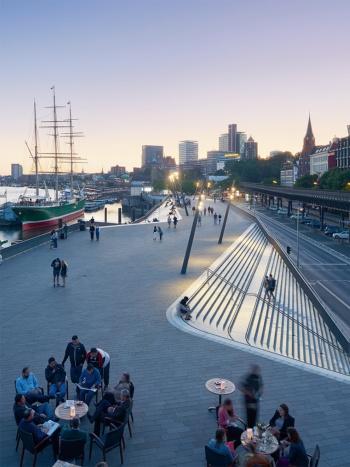 写真2■ 遊歩道の左右交互に階段がある。1階部分は駐車場になっている。階段の上端に沿って、船のマストを思わせる照明柱が並ぶ(写真:Piet Niemann)