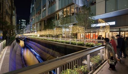 写真1■ JR渋谷駅のすぐ南側を最上流とする現在の渋谷川。約600m続く川沿いの遊歩道や、コンクリートの壁面に再生水を流す水景施設「壁泉」を整備した(写真:吉田 誠)