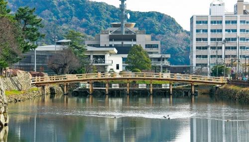写真1■ 2018年9月に竣工した鳥取城跡にある「擬宝珠橋(ぎぼしばし)」。ステンレス鋼製の水中梁の上に木造の橋を復元した。橋長は約37mで国史跡の城跡にある復元橋としては国内最長となる(写真:生田 将人)