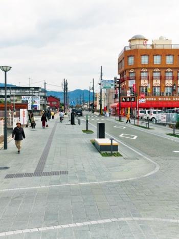写真2■ 写真中央の交差点から手前側が松崎地区。交差点奥側の車道は2車線。松崎地区では車道が狭まり、センターラインのない1車線となる(写真:生田 将人)
