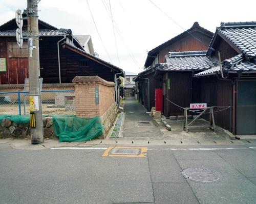 写真8■ 改修前の西側の出入り口部分。どこが小径か分かりにくかった(写真:防府市)