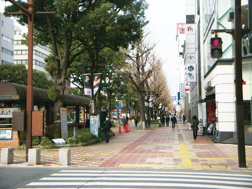 写真3 ■ 改修前は歩行者と自転車が歩道上に混在していた。左は地下出入り口部(写真:姫路市)