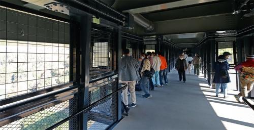 桁下歩道の途中2カ所に幅4mの展望デッキがある。側面の防護柵は一眼レフカメラのレンズを突き出せるように10cm角の網目とした(写真:安川 千秋)