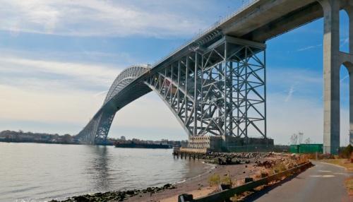 写真1■ かさ上げ後のベイヨン橋。アーチ部材を残したまま、橋面だけ20mかさ上げした。従来の橋面部は既に撤去済み(写真:伊藤 みろ)