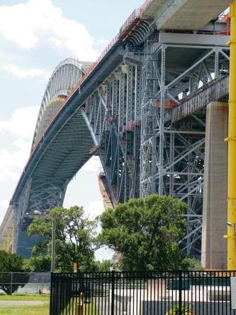 写真2■ かさ上げ工事中のベイヨン橋。下側の橋面を撤去している(写真:ニューヨーク・ニュージャージー港湾公社)