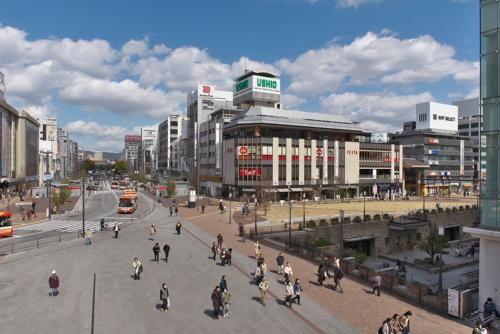 車中心から人中心の空間へと再生したJR姫路駅北側の駅前広場。写真右下は2013年に完成した地下広場「キャッスルガーデン」(写真:生田 将人)