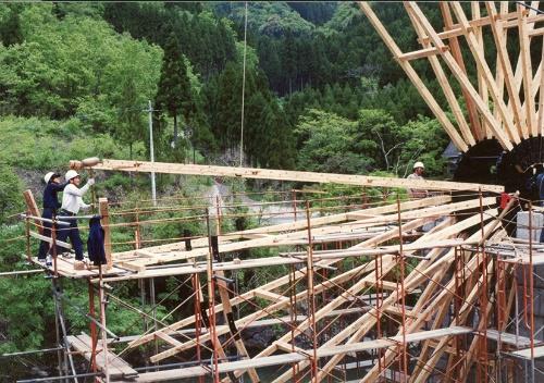 写真3■ 1993年の建設時。スポーク部分の「日の足」を鉄の中心部に打ち込む(写真:野瀬建設)