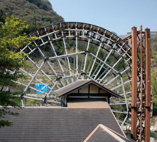 写真右の導水鉄塔は高さ17.8m。上から落とす水の重さと勢いで水車を回す、逆落とし形式の動力水車(写真:イクマ サトシ)