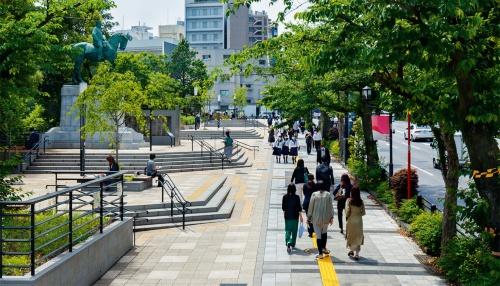 写真1■ 東京都千代田区の靖国通りに面した「九段坂公園」を東側から見る。縦断方向4.5mの高低差の敷地を広場と階段でつないだ(写真:吉田 誠)