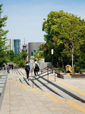 写真2■ 坂になった歩行空間と公園の広場をつなぐ階段は昇降しやすいように踏み面400mmと広くした。蹴上げは150mm(写真:吉田 誠)