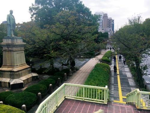 写真3■ 改修前。靖国通りの歩道との境に擁壁と植栽帯が続いていた(写真:山田 裕貴)
