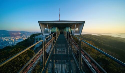 写真5■ 山頂駅を正面から見る。東(写真左)側に長崎市街地、西(右)側に五島灘。中央は管理用通路(写真:ミヤザキ フジナリ)